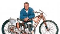 "Motorcykel-Sveriges finaste pris tilldelades i år ""Varg-Olle"" Nygren, som därmed blev den nionde medlemmen i Classic Bike Hall of Fame. Priset delades ut inför 10 000-tals jublande åskådare under helgens […]"