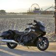 """För första gången har BMW Motorrad tagit sig an den klassiska amerikanska motorcykeltypen bagger. K 1600 B är tillverkarens tolkning av konceptet """"Grand American Touring"""" och långa, öppna motorvägsetapper. Precis […]"""