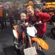 I vimlet av mässbesökare hittade vi Max Johansson, 14 månader gammal från Hässelby. Med stadigt grepp om en KTM85SX råder det inget tvivel om vad målsättningen är. Mot toppen naturligtvis. […]