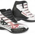 Det italienska märket Stylemartin har uppdaterat sin serie med minimoto-skor för barn. Dojjorna kommer i nya färger, röd, vit, svart och en flerfärgad. Skon är tillverkad i microfiber och yttersulan […]